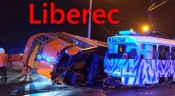 V Liberci se srazily tramvaje, jedna skončila na boku